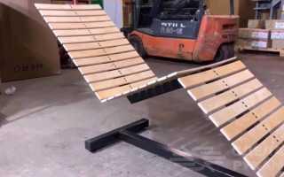 Уличный шезлонг для дачи из профиля и деревянных реек