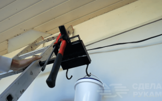 Подставка для инструмента при работе с лестницы