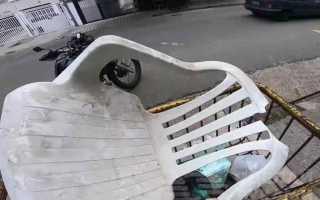 Дачная жизнь сломанного пластикового стула