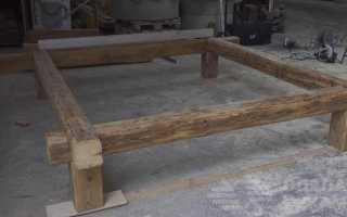 Двуспальная кровать из старых деревянных балок